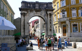 "Triumphal Arch of the Sergi - The ""Golden Gate"" was erected between the years 29 and 27 BC by the Sergi family, in honor of three members of the family who held important positions in Pula at that time."